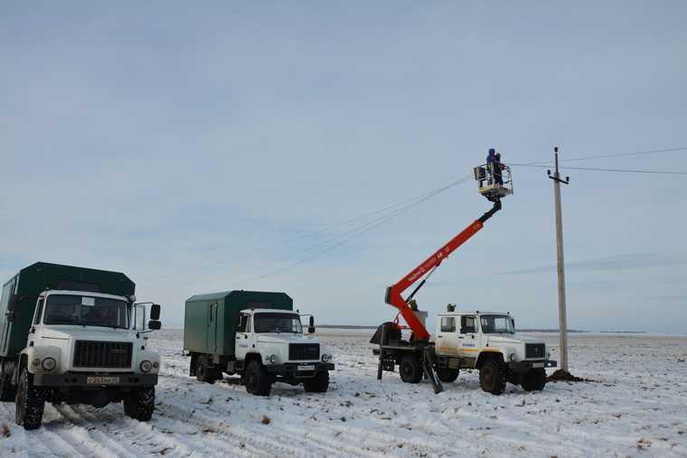 Свет в дома курганцев вернули энергетики из двух регионов. Фоторепортаж