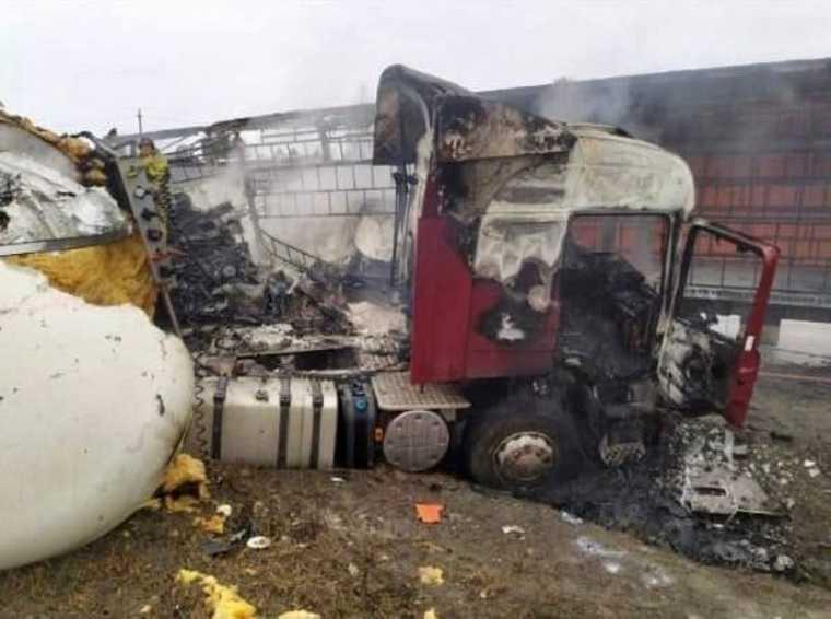 На челябинской трассе столкнулись и сгорели две фуры. Фото, видео