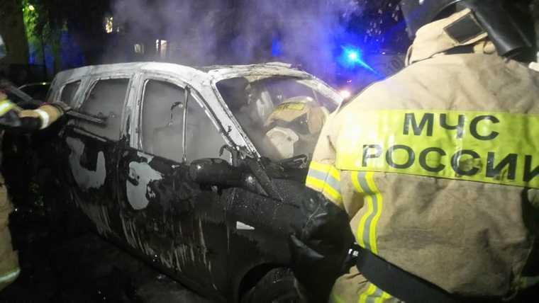 В Екатеринбурге у адвоката сожгли иномарку. Фото