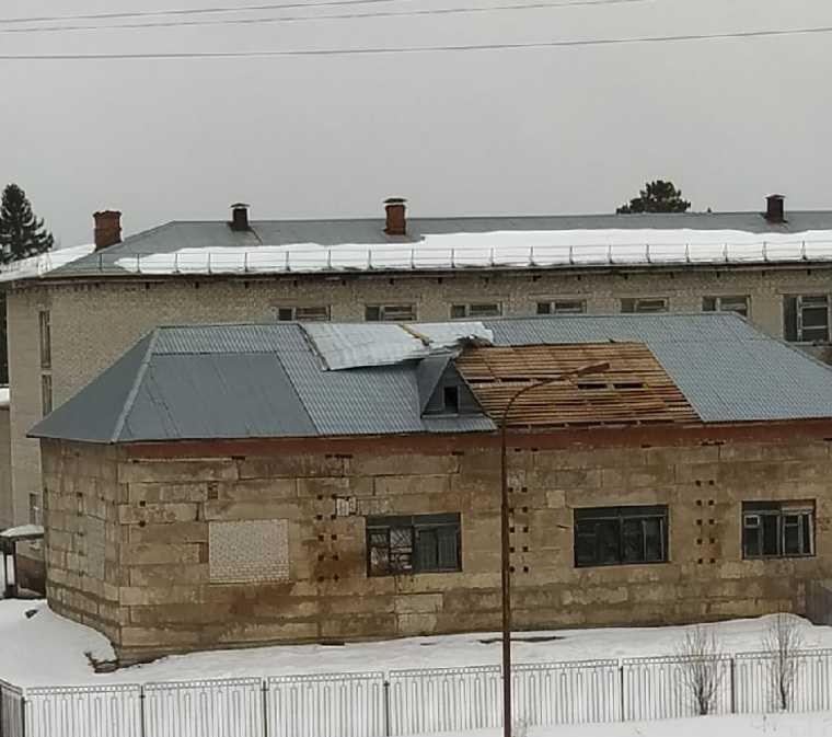 В Пермском крае сильным ветром снесло крыши и остановки. Фото