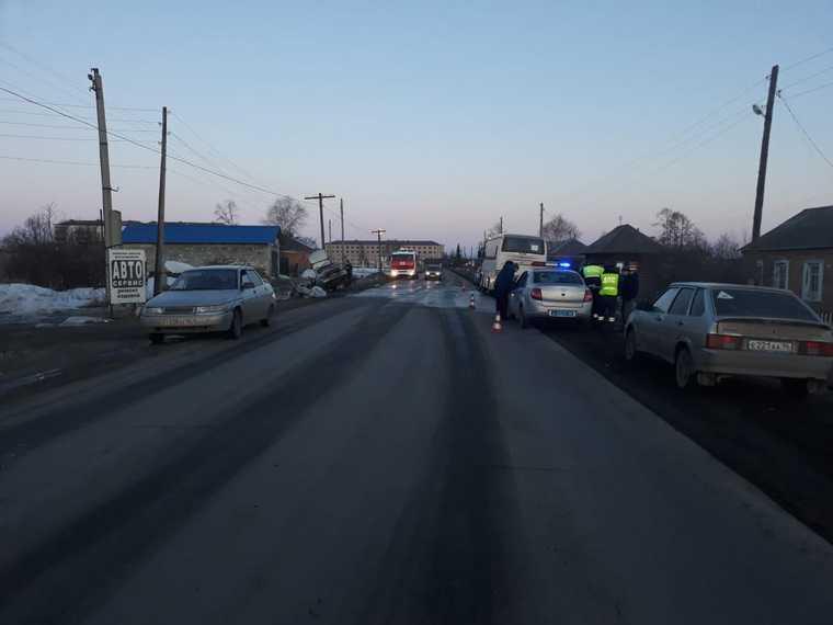 В Свердловской области легковушка протаранила автобус с 26 детьми. Фото