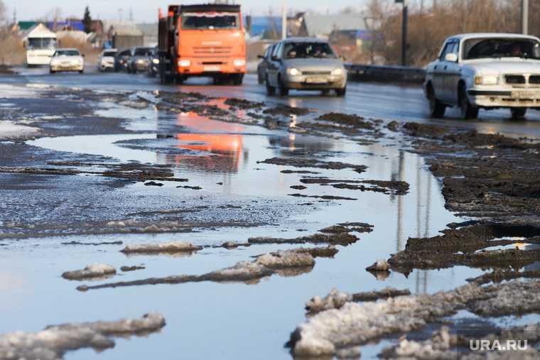 новости хмао массовые потопы затопило двор огромные лужи плохая уборка снега коммунальщики не вывезли снег реакция соцсетей социальные сети жители округа жалуются