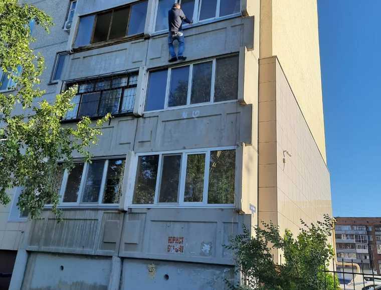 Курганец пытался попасть домой через балкон многоэтажки. Фото, видео