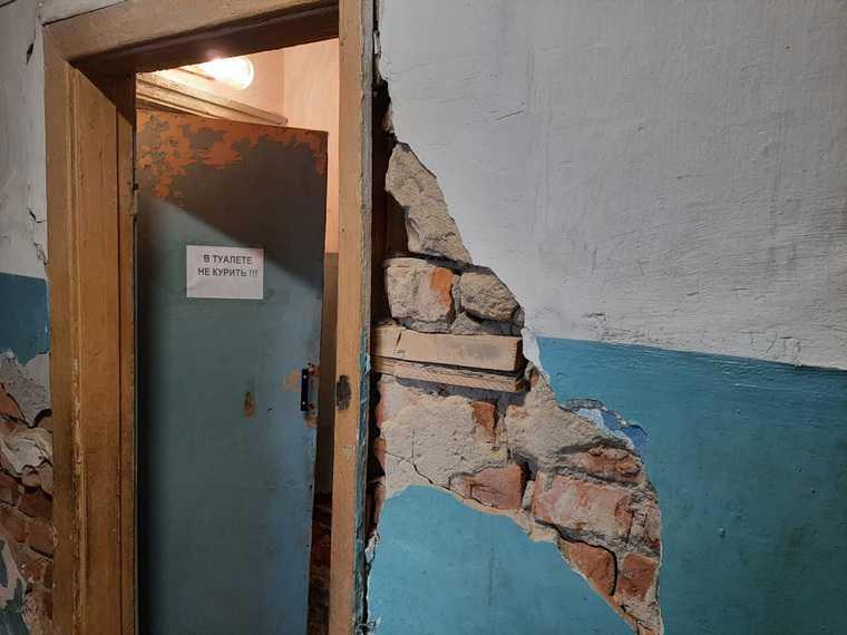 В курганском городе разваливается общежитие. Фото