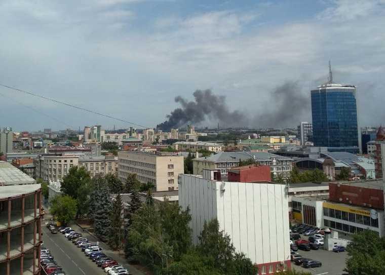 Над Челябинском поднимаются облака черного дыма. Фото