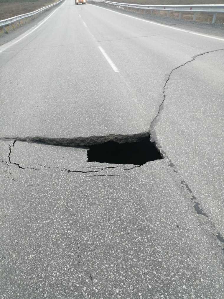 В ЯНАО на дороге Сургут-Салехард образовался провал. Фото